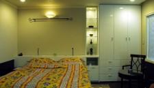 ベッドルームに家具を造作