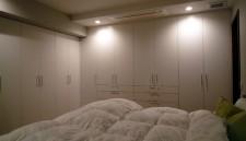 ベッドルームの壁面収納